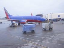 Ladda ett flygplan Arkivfoto