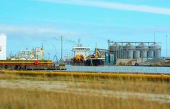 Ladda för skepp/som lastar av deras last på Shoreham, Sussex UK royaltyfri bild