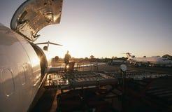 Ladda frakter på Boeing 727 strålflygplan royaltyfria bilder