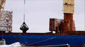 Ladda kol från en pråm till ett transportskepp på waterÑŽen lager videofilmer