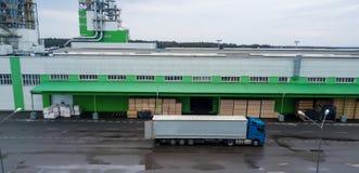 Ladda lastbilen på fabriken fraktar industriellt lager royaltyfri foto