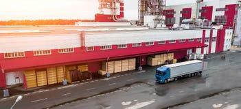 Ladda lastbilen på fabriken royaltyfria bilder