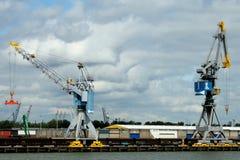 Ladda och avlastning i porten av Rotterdam Arkivbild