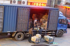 Ladda och lasta av gods i lastbilen Royaltyfri Fotografi