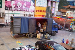 Ladda och lasta av gods i lastbilen Arkivfoton