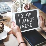 Ladda upp förbindande aktien laddar upp socialt kommunikationsbegrepp Royaltyfri Fotografi
