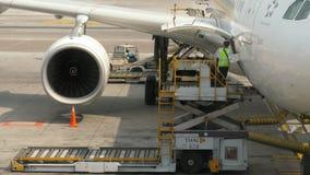 Ladda upp last onboard flygplanet arkivfilmer