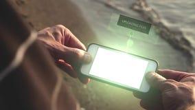Ladda upp mappar på den futuristiska telefonen - techbegrepp stock video