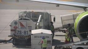 Ladda upp onboard bagage flygplanet arkivfilmer