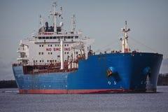 Laddad oljetanker som är hövdad till havet Royaltyfria Foton