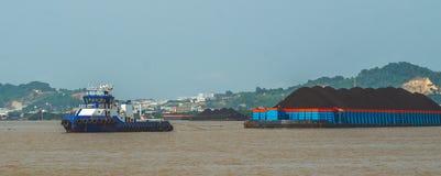 Laddad pråm för bogserbåthandtag skurkroll av kol royaltyfri foto