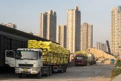 Laddade lastbilar i platsen Royaltyfri Fotografi