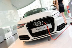 Laddande Audi A1 e-tron på Audi centrerar Singapore Arkivbild