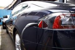Laddande elektrisk motor av den moderna bilen Arkivfoton
