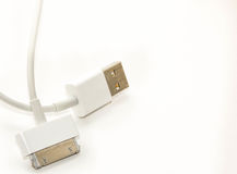 Laddande kabel för vit trådusb-mobil adapteren för 2 proppar för olik mobiltelefon isolerade den laddande från USB på vit bakgrun Royaltyfria Foton