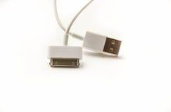 Laddande kabel för vit trådusb-mobil adapteren för 2 proppar för olik mobiltelefon isolerade den laddande från USB på vit bakgrun Royaltyfri Bild