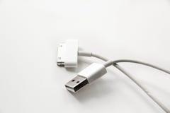 Laddande kabel för vit trådusb-mobil adapteren för 2 proppar för olik mobiltelefon isolerade den laddande från USB på vit bakgrun Arkivfoton