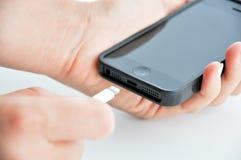 Laddande mobiltelefon Arkivfoton