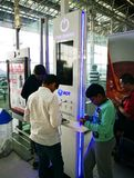 Laddande mobiltelefonbatteri för handelsresande på för uppladdningsstation för fri service området på Suvarnabhumi den internatio arkivfoton