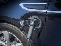 Laddande propp och uttag för elbil Arkivbild