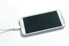 Laddande smartphone Royaltyfri Foto