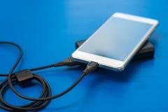 Laddande smartphone Arkivfoto