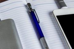 Laddande Smartphone med den Grey Portable External Battery And pennan arkivbild