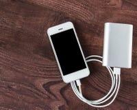 Laddande Smartphone med Grey Portable External Battery powerb royaltyfri bild