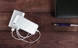 Laddande Smartphone med Grey Portable External Battery powerb arkivbilder
