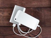 Laddande Smartphone med Grey Portable External Battery powerb royaltyfria foton