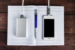 Laddande Smartphone med Grey Portable External Battery powerb royaltyfria bilder