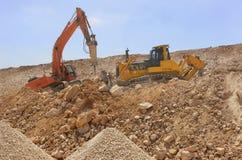 Grävskopan bearbetar med maskin att ladda smutsar royaltyfria foton