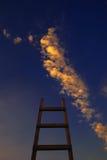 Ladder aan de hemel wordt geleid die stock foto's