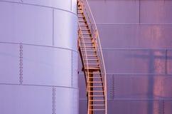 Ladder aan de kant van een opslagtank Stock Afbeeldingen