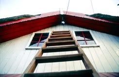 Ladder aan kant van huis royalty-vrije stock foto