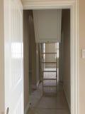 Ladder aan zolder in een nieuw huisbouw stock fotografie