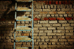 Ladder against the brick wall Royalty Free Stock Photos