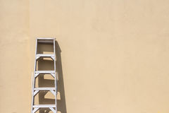 Ladder against wall Royalty Free Stock Images