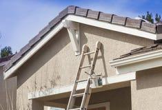Ladder die omhoog tegen een Huis Klaar voor Nieuwe Verf leunen royalty-vrije stock foto's