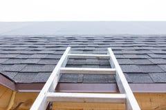 Ladder die tot een onvolledig dak op een huis leiden royalty-vrije stock afbeeldingen