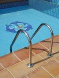 Ladder die tot Zwembad leidt Royalty-vrije Stock Fotografie