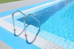 Ladder in het zwembad Stock Afbeeldingen