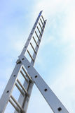 Ladder naar bovenkant in hemel wordt verzonden die stock foto