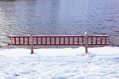 Ladder om in bevroren meer te redden Stock Fotografie