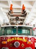 Ladder op Brandmotor in Post wordt geparkeerd die stock foto