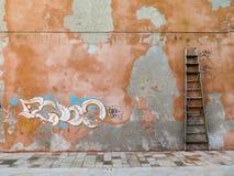 Ladder op de muur stock afbeeldingen