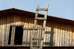Ladder op een dak van het oude huis Royalty-vrije Stock Fotografie