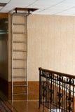 Ladder op een zolder, die in een gebouw wordt gevestigd Stock Foto