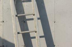 Ladder op grijze concrete muur royalty-vrije stock foto's