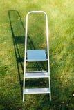 Ladder op groene gazonachtergrond royalty-vrije stock fotografie